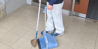 エントランスの掃き掃除