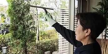 スクイージーを使って、ガラス拭き掃除