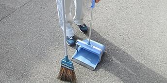 駐車場の掃き掃除