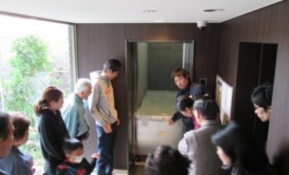 エレベーターの扉は開いたものの段差がかなりあります・・このような場合は脚立を使用し救出します。