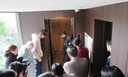今度は扉を開けたのにエレベーターの籠がありません!落下の恐れがあり危険ですので、扉を閉めて、上階で再度解錠を試みましょう!