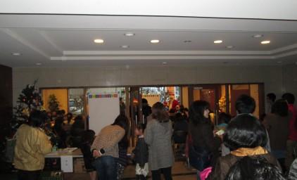 参加者はラウンジの外にあふれてしまいました。