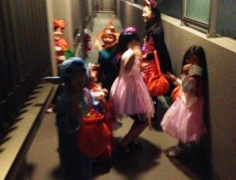 トリック・オア・トリート!! 子供たちの元気な声が玄関先で聞こえてきましたよ。