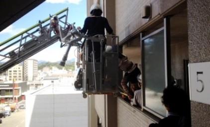 消防士さんの指示のもと、落ち着いて、はしご車へ移動