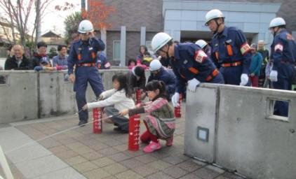 消防団の方に教わりながら、水消火器での消化訓練!