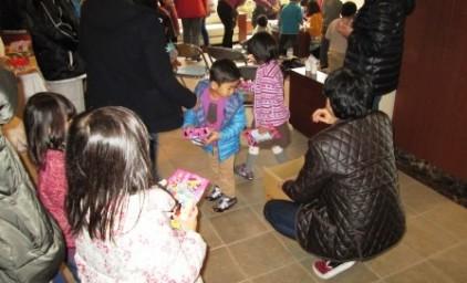お菓子を手にして、みんな大喜びでした!