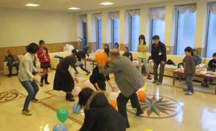 風船投げゲーム 大人の部!子供の部より床に落ちている風船が多いですよ!!