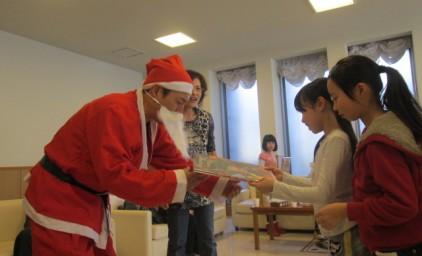 理事長様のサンタクロースから、子供たちにプレゼント♪