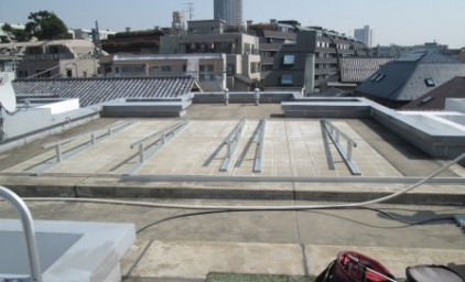 屋上に架台が設置されました!粘着性の強い合成ゴムで床面としっかり固定されています。