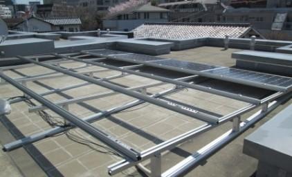 架台組み立て完了!ソーラーパネルをはめ込みます。