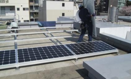 ソーラーパネルの裏にあるモジュールを繋ぎ合わせ、電気を送る仕組みです。