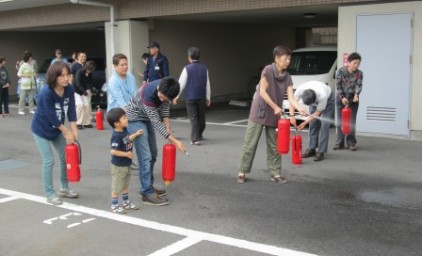 水消火器で消火訓練!お子様も参加しましたよ!
