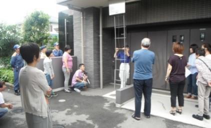 避難はしごは、参加した皆さん・ワンちゃんも興味津々。