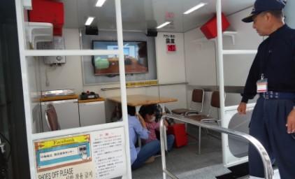 震度6の地震を体験。教わった通りの体制で机の下に避難!