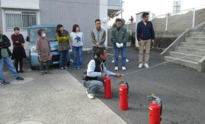 消火訓練。理事長様が、まずお手本。