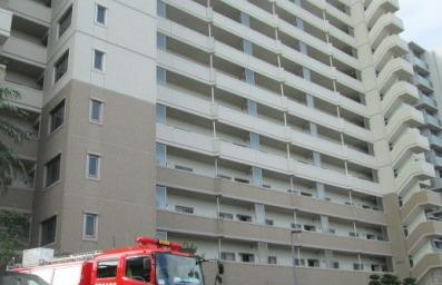消防車がマンションに到着し、防災訓練開始です。