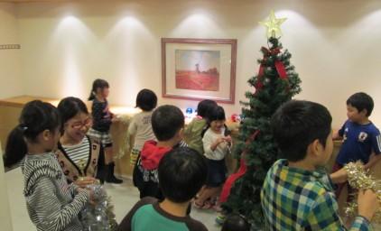 沢山の子供たちが開始前から、飾りを手にスタンバイ!!