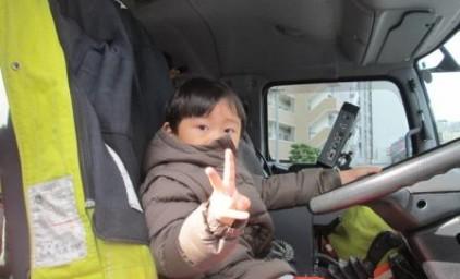 消防車に乗車の、ちびっこ消防隊員!