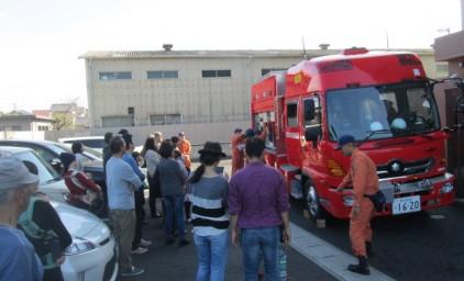 消防車の見学。大人も子供も興味津々!