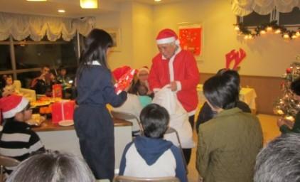 サンタさんから子供たちにプレゼント!
