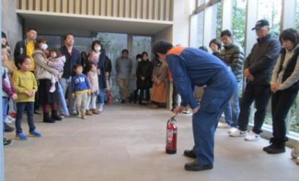 続いて消火器の取り扱いについての説明。子供たちも興味津々!