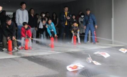 水消火器訓練。子供たちも上手に消火できました!!