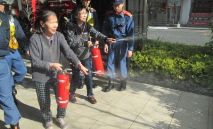 水消火器で消火訓練!