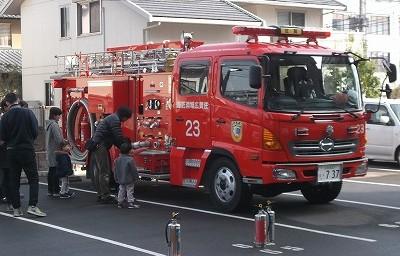 子供たちは消防車に興味津々です。