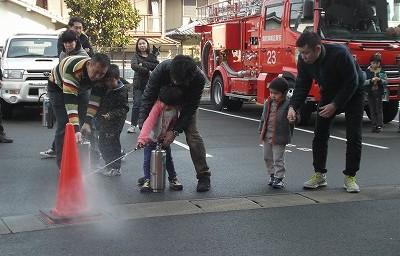 水消火器での消火訓練。しっかり的に命中!