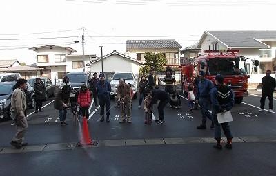 寒さに負けず、みんなで消火訓練を実施しました。