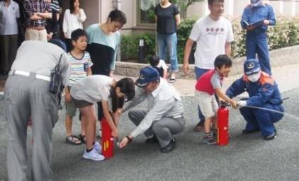 子供たちも教わりながら、消火訓練!