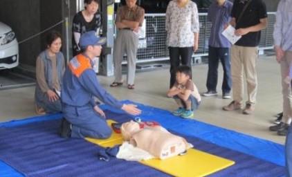 AEDの使い方の説明中。お子様も興味津々です。