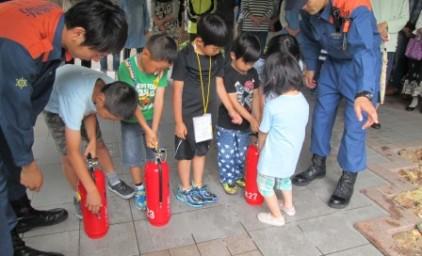 子供たちも、消火訓練にチャレンジ!