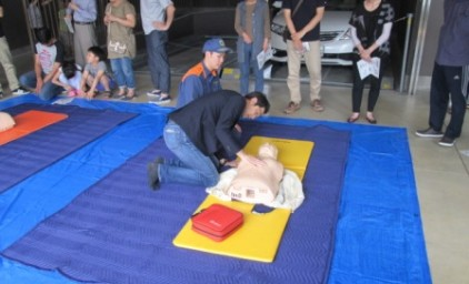 まずは胸骨圧迫の訓練!手を置く位置を確認します。