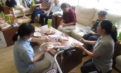 お菓子と共に非常食を囲んでの茶話会