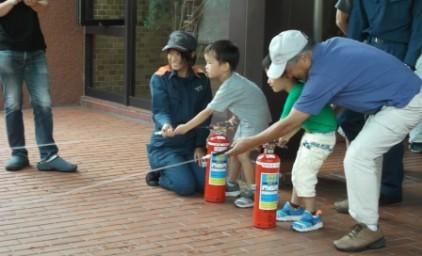 消火訓練!子供たちも真剣に消火活動中!