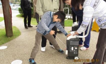 子供たちも発電機の作動にチャレンジ!