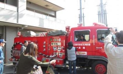 消防車に子供たちは大喜び♪
