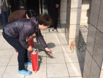 水消火器で炎を狙います。
