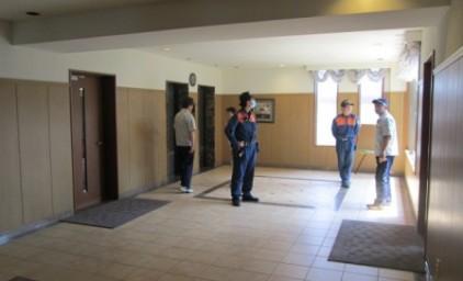 避難訓練中!消防署職員に避難方法を確認して頂きました。