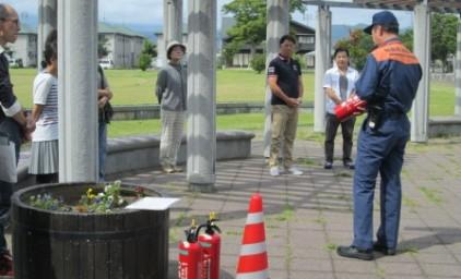 公園にて、消防署員による消火器使用方法の説明