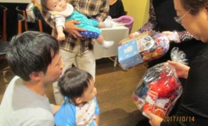 すてきなプレゼントを前に、小さなお子さんは困惑!?