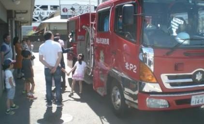 本物の消防車に興味深々・・・