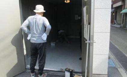 ゴミ庫の床をペンキ塗りします