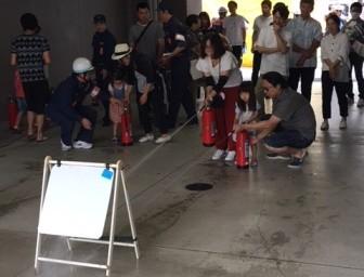 初期消火訓練はお子様も積極的に参加しました。