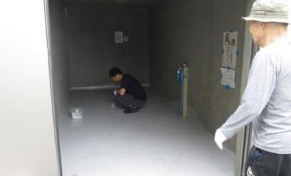 ゴミ庫の床をペンキ塗り